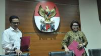 Wakil Ketua KPK Basaria Panjaitan (kanan) dan Juru bicara KPK Febri Diansyah (kiri) jelang memberikan keterangan tentang penetapan tersangka kasus korupsi penerbitan SKL BLBI di Gedung KPK, Jakarta, Selasa (25/4). (Liputan6.com/Helmi Afandi)