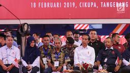 Presiden Jokowi menghadiri acara Pelepasan Kontainer Ekspor Mayora di pabrik Mayora di Cikupa Tangerang, Senin (18/2). Jokowi resmi melepas kontainer ekspor ke 250.000 ke Filipina dan memperingati HUT Mayora Group yang ke 42. (Liputan6.com/Fery Pradolo)