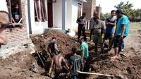 Penemun jenazah korban tsunami di Desa Kajhu, Kecamatan Baitussalam, Kota Banda Aceh.(Liputan6.com/Rino Abonita)