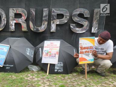 Pekerja dari SP JICT melakukan aksi unjuk rasa di depan Gedung KPK,Jakarta, Selasa (12/3). Mereka mendesak kepada KPK untuk mengusut tuntas kasus korupsi perpanjangan kontrak JICT kepada investor Hong Kong, Hutchison Port. (merdeka.com/Dwi Narwoko)