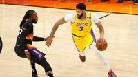 Anthony Davis (kanan) membantu Lakers mengalahkan Suns di gim kedua play-off NBA  (AFP)