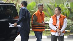 Mantan Komisioner KPU, Wahyu Setiawan dan staf Sekjen PDIP Hasto Kristiyanto, Saeful Bahri  tiba di Gedung KPK, Jakarta, Rabu, (5/2/2020). eduanya diperiksa sebagai saksi terkait kasus dugaan penerimaan hadiah atau janji penetapan anggota DPR Terpilih 2019-2024. (merdeka.com/Dwi Narwoko)