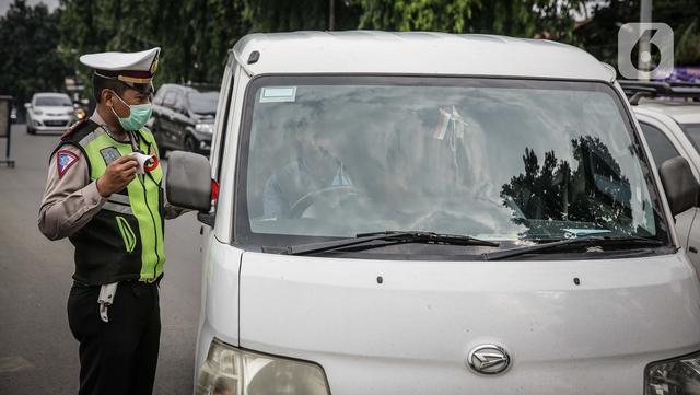 Petugas kepolisian memeriksa kelengkapan surat pengendara di pos cekpoin penyekataan arus mudik di kawasan Pasar Jumat, Kamis (6/5/2021). Penyekatan dan cek poin dilakukan saat penerapan larangan mudik Lebaran 2021 sebagai upaya pencegahan penularan COVID-19. (Liputan6.com/Faizal Fanani)