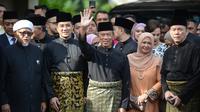 Muhyiddin Yassin (tengah) melambaikan tangan sebelum upacara pelantikannya sebagai Perdana Menteri Malaysia di Istana Negara, Kuala Lumpur, Minggu (1/3/2020). Berdasarkan hukum Malaysia, penunjukan PM Malaysia bisa dilakukan oleh raja. (NAZRI RAPAAI/AFP/MALAYSIA'S DEPARTMENT OF INFORMATION)