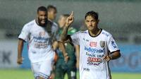 Striker Bali United, Irfan Bachdim usai mencetak gol ke gawang PS TNI. Bali menang 4-3 atas PS TNI (Helmi Fithrianysah/Liputan6.com)