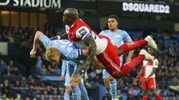 Gelandang Manchester City, Kevin De Bruyne dan penyerang Wycombe Wanderers, Adebayo Akinfenwa bertabrakan pada babak ketiga Piala Liga Inggris di Etihad Stadium, Rabu (22/9/2021) dini hari WIB. Manchester City menang telak 6-1 saat menjamu klub divisi tiga Wycombe Wanderers. (AP Photo/Dave Thompson)