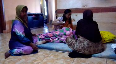 Salah seorang pasien biasa terpaksa melakukan perawatan sendiri di rumah, akibat sulitnya mendapatkan ruang inap rumah sakit akibat memblukdaknya pasien Covid-19 di Garut, Jawa Barat.
