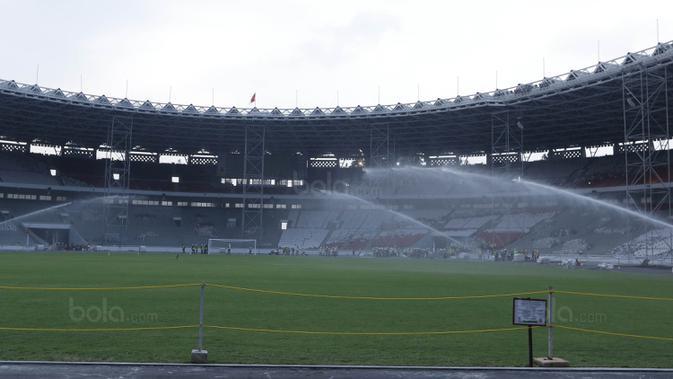Suasana penyiraman rumput di SUGBK, Senayan, Jakarta, Selasa (8/8/2017). SUGBK menggunakan rumput jenis Zoysia matrella yang merupakan rumput standar FIFA untuk stadion bertaraf internasional. (Bola.com/M Iqbal Ichsan)