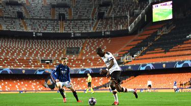 Gelandang Atalanta, Josip Ilicic, berebut bola dengan pemain Valencia pada laga babak 16 besar Liga Champions 2019-2020 di Stadion Mestalla, Valencia, Rabu (11/3). Atalanta menang 4-3 atas Valencia. (AFP/POOL UEFA)