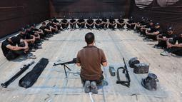 Sejumlah kadet Palestina mendapat pengarahan sebelum berlatih dengan militer Hamas, Brigade Ezzedin al-Qassam, di Kota Gaza (20/7/2019). Serangkaian tes militer pun harus dilakukan para kadet yang dimulai dari uji fisik, ketangkasan hingga menembak. (AFP Photo/Mahmud Hams)