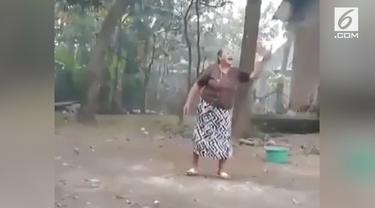 Kejadian lucu sekaligus memprihatinkan saat seorang nenek bermain bulu tangkis dan jatuh tersungkur.