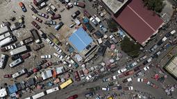 Kendaraan melewati pasar Petion-Ville di Port-au-Prince, empat hari setelah pembunuhan Presiden Haiti Jovenel Moise, Minggu (11/7/2021). Sebelumnya, Presiden Haiti Jovenel Moise tewas dibunuh dalam serangan di kediaman pribadinya, pada Rabu 7 Juli 2021 dini hari. (AP Photo/Matias Delacroix)