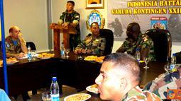 Citizen6, Lebanon: Para kepala bagian makanan se-UNIFIL menggelar rapat membahas teknis perawatan gudang makanan bagi masing-masing Kontingen, Senin (4/6). (Pengirim: Badarudin Bakri)