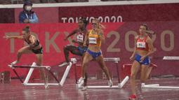 Sara Petersen (kiri) dari Denmark terjatuh saat Femke Bol (kanan) , dari Belanda berlomba untuk memenangkan perlombaan lari gawang 400 meter putri Olimpiade Tokyo 2020 di Tokyo, Jepang, Senin (2/8/2021). (AP Photo/Charlie Riedel)