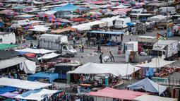 Suasana aktivitas pasar yang kembali ramai setelah pelonggaran karantina wilayah di kamp pengungsi Nuseirat di Jalur Gaza tengah, Senin (13/7/2020). Aktivitas perekonomian seperti kegiatan jual beli di pasar tradisional mulai kembali dibuka. (AFP/Mohammed Abed)