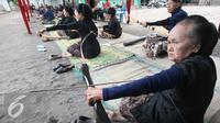 Sejumlah abdi dalem mengikuti lomba panahan tradisional gaya Mataram di Komplek Kraton Kesultanan Yogyakarta, Kamis (15/9). Lomba di selenggarakan oleh pengurus Jemparingan Gendhewa Mataraman dengan hadiah medali emas. (Liputan6.com/ Boy Harjanto)