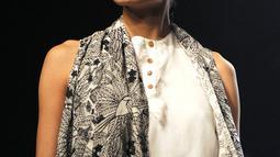 Anjali Lama memperagakan busana rancangan Gen Next di Lakmé Fashion Week Summer Resort 2017 di kota Mumbai, India (2/1). Seperti transgender lainnya, sebelumnya ia juga mengalami diskriminasi identitas gender. (Stringer / AFP)