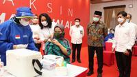 Menko PMK Muhadjir Effendy dan Wakil Menteri Kesehatan Dante Saksono Harbuwono membuka kegiatan vaksinasi COVID-19 bagi relawan kasus kekerasan perempuan dan anak di Kantor Perpusnas, Salemba, Jakarta, Senin (24/5/2021). (Dok Kemenko PMK)
