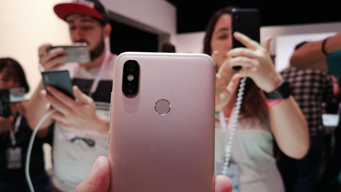 Bodi belakang Xiaomi Mi A2 dengan kamera ganda dan fingerprint scanner (Liputan6.com/ Yuslianson)