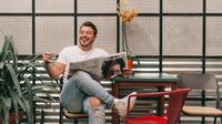 Ilustrasi pria bahagia. (Photo by Angelo Pantazis on Unsplash)