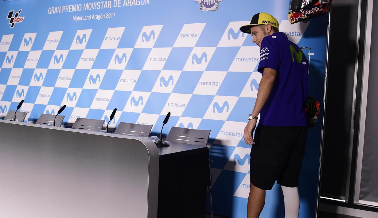 Pebalap Movistar Yamaha, Valentino Rossi, menghadiri jumpa pers jelang GP Aragon di Alcaniz, Aragon, Kamis (21/9/2017). Rossi dinyatakan lolos tes medis untuk mengikuti balapan MotoGP Aragon. (AFP/Javier Soriano)