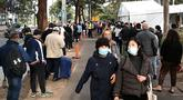 Warga Sydney mengantre di luar pusat vaksinasi Covid-19 di Sydney, Australia, Kamis (24/6/2021). Sebagian besar warga Sydney dilarang meninggalkan kota untuk menghentikan penyebaran virus corona Covid-19 varian Delta yang sangat menular ke wilayah lain. (SAEED KHAN / AFP)