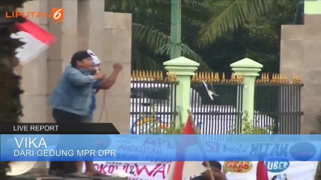 Liputan6.com melaporkan secara langsung situasi demo sopir taksi dari depan gedung DPR/MPR