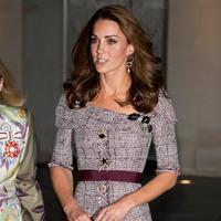 Duchess of Cambridge, Kate Middleton menghadiri pembukaan pameran fotografi di Museum Victoria & Albert, London, Rabu (10/10). Kate Middleton melengkapi penampilannya dengan clutch hitam berdesain sederhana. (AP PHOTO)