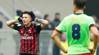 Gianluca Lapadula mencetak gol untuk Milan saat melawan Crotone. Milan menang 2-1. (REUTERS/Alessandro Garofalo)
