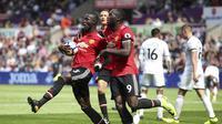 Bek Manchester United (MU), Eric Bailly (kiri) rayakan gol ke gawang Swansea City pada laga di Liberty Stadium, Sabtu (19/8/2017). (AP Photo/Nick Potts)