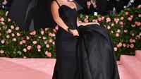 Lady Gaga mengenakan gaun dan payung hitam saat menghadiri Met Gala 2019 yang digelar di The Metropolitan Museum of Art, New York, Amerika Serikat, Sanin (6/5/2019). Lady Gaga tahun ini bertindak sebagai co-chair Met Gala. (Photo by Charles Sykes/Invision/AP)