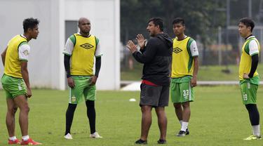 Pelatih Bhayangkara FC, Alfredo Vera, memberikan arahan kepada pemainnya saat latihan di Lapangan ABC Senayan, Jakarta, Rabu (13/2). Latihan ini merupakan persiapan Piala Indonesia dan Piala Presiden. (Bola.com/Yoppy Renato)