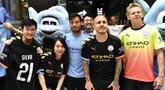 Pemain Manchester City David Silva, Angelino dan Oleksandr Zinchenko foto bersama dengan penggemar selama acara promosi di Hong Kong (23/7/2019). The Citizens akan menghadapi Kitchee SC dalam laga uji cobadi Hong Kong Stadium pada 24 Juli 2019. (AFP Photo/Anthony Wallace)