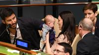 Perdana Menteri Selandia Baru, Jacinda Ardern menggendong putrinya, Neve Te Aroha Ardern Gayford saat menghadiri Nelson Mandela Peace Summit, sehari sebelum digelarnya Rapat Majelis Umum PBB ke-73 di markas PBB, New York, Senin (24/9). (AFP/Don EMMERT)