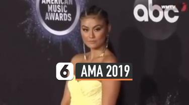Agnez Mo Tampil Menawan dengan dress kuning yang dinobatkan sebagai Best Dress menurut penilaian Foot Wear 2019 di American Music Awards 2019. Penampilannya pun menuai pujian dari warganet.