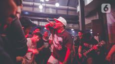 Penampilan salah satu band yang memeriahkan acara musik South Fest #2 di Jakarta, Minggu (10/10/2021).  Pemerintah mengizinkan penyelenggaraan kegiatan berskala besar dengan syarat mematuhi protokol kesehatan yang ketat. (Liputan6.com/Faizal Fanani)