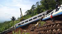Proses perbaikan dijalur kereta di lokasi longsor di Tasikmalaya, Jawa Barat terus dilakukan. jalur baru yang dibuat PT. KAI tiga meter dari jalur semula.
