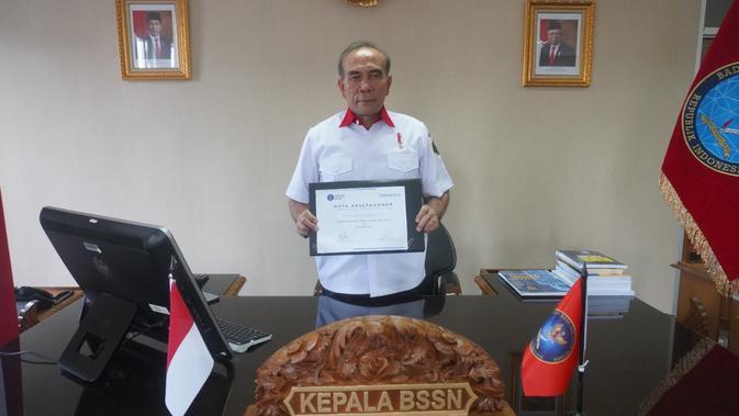 Kepala BSSN Hinsa Siburian menunjukkan Nota Kesepahaman BSSN dengan Kaspersky (Foto: Kaspersky).