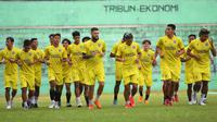 Rekrutan baru Arema FC, Diego Michiels, sudah bergabung untuk mengikuti sesi latihan pada Senin (14/6/2021) di Stadion Gajay(ana, Kabupaten Malang. (Bola.com/Iwan Setiawan)
