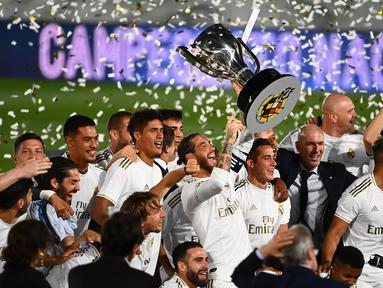Pemain Real Madrid merayakan juara La Liga usai mengalahkan Villrreal pada laga lanjutan pekan ke-37 di Estadio Alfredo Di Stefano, Jumat (17/7/2020) dini hari WIB. Real Madrid menang 2-1 atas Villarreal. (AFP/Gabriel Bouys)