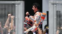 Pembalap Repsol Honda, Marc Marquez saat merayakan kemenangan pada MotoGP Malaysia 2018 di Sirkuit Sepang, Minggu (4/11/2018). (Mohd RASFAN / AFP)