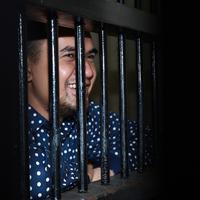 """""""Pernah terpikir mau bunuh diri, itu pas di Polsek. Pas Minggu-minggu pertama. Itu minggu-minggu berat dan akhirnya saya menghibur diri,"""" ungkapnya. (Deki Prayoga/Bintang.com)"""