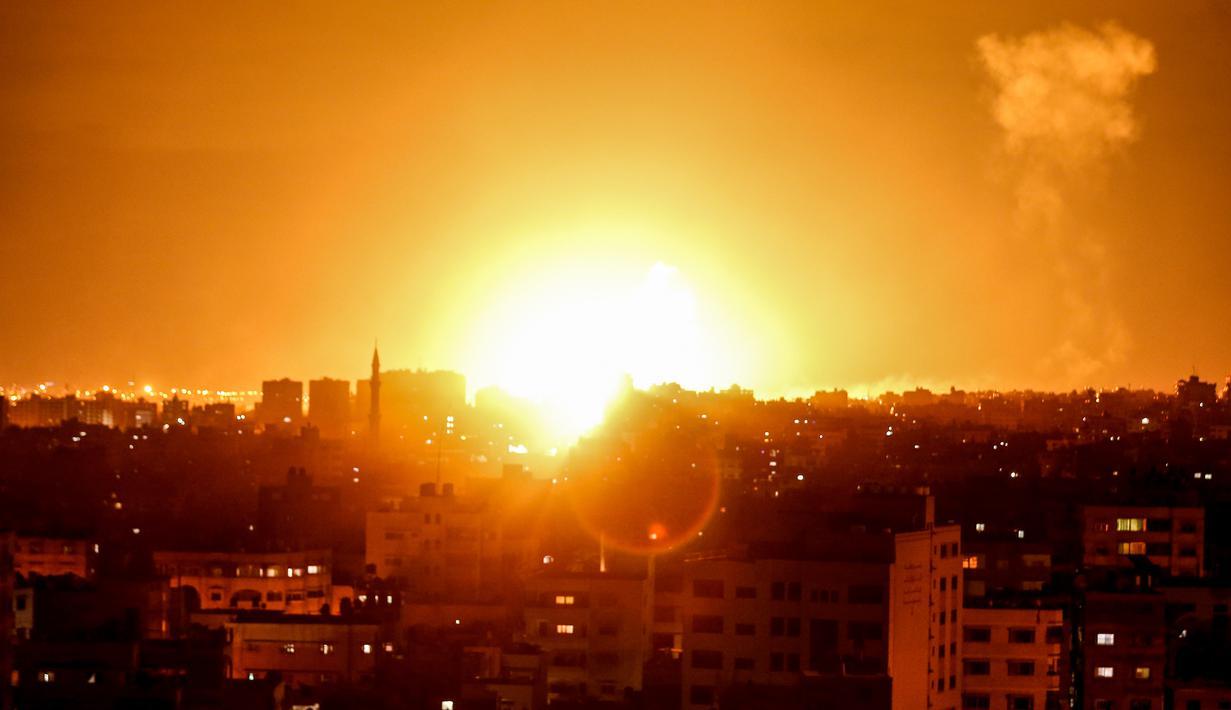 Ledakan terlihat selama serangan udara Israel di kota Gaza, Palestina (27/10). Israel mebombardir ke sejumlah titik di Jalur Gaza, termasuk beberapa di antaranya diyakini sebagai markas Hamas. (AFP Photo/Mahmud Hams)