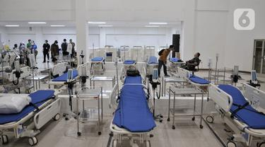 Petugas menyiapkan perlengkapan ruang isolasi Rumah Sakit Darurat Penanganan COVID-19 di Wisma Atlet, Kemayoran, Jakarta, Minggu (22/3/2019). RS Darurat Penanganan COVID-19 hampir 100 persen rampung. (merdeka.com/Iqbal S. Nugroho)