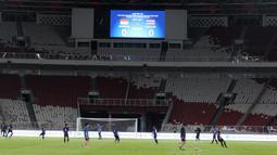 Pemain Thailand saat latihan jelang laga kualifikasi Piala Dunia 2022 di SUGBK, Jakarta, Senin (9/9). Thailand akan berhadapan dengan Indonesia. (Bola.com/M Iqbal Ichsan)