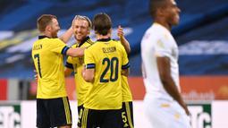 Gelandang Swedia, Emil Forsberg (tengah) melakukan selebrasi dengan rekan setim usai mencetak gol pertama Swedia ke gawang Armenia dalam laga uji coba menjelang berlangsungnya Euro 2020 di Solna, Sabtu (5/6/2021). Swedia menang 3-1 atas Armenia. (AFP/Jonathan Nackstrand)