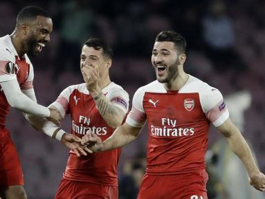 Striker Arsenal, Alexandre Lacazette, melakukan selebrasi usai membobol gawang Napoli pada laga leg kedua perempat final Liga Europa di Stadio San Paolo, Kamis (18/4/2019). Napoli takluk 0-1 dari Arsenal. (AP/Luca Bruno)