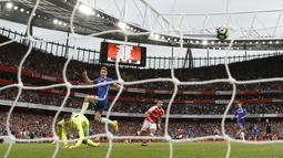 Gol pemain Arsenal, Alexis Sanchez yang gagal dihalau kiper Chelsea pada lanjutan Premier League di Emirates Stadium, Minggu (25/9/2016) dini hari WIB. (Action Images via Reuters/John Sibley)