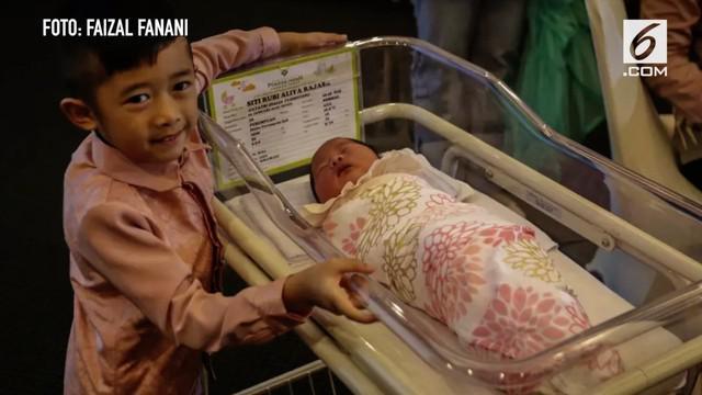 Aliya Rajasa, istri dari Ibas Yudhoyono, melahirkan bayi perempuan tepat di tahun baru, 1 Januari 2018.