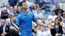 Petenis Serbia, Novak Djokovic  melakukan selebrasi seusai mengalahkan Roberto Carballes Baena dari Spanyol pada  babak pertama AS Terbuka 2019 di Billie Jean King National Tennis Center, New York, Senin (26/8/2019). Peringkat satu dunia itu menang 6-4, 6-1, dan 6-4. (AP/Frank Franklin II)